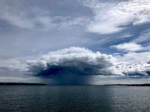 STYRTREGN: Mandag vil regnbygene ligge over distriktet, og gi mellom 20–30 millimeter nedbør på kort tid.