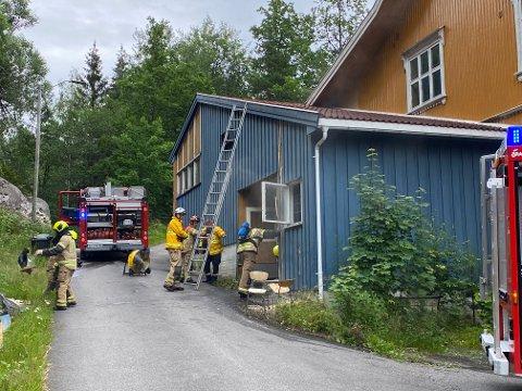Det er mistanke om at sigarettsneiper kan være årsaken til brannen i gamle Årø skole sist torsdag.