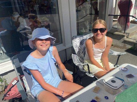 HJEMMELAGDE: Ella Solum Tou og Maya Josephine Jurgens lager og selger smykker.