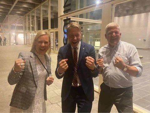 IKKE UTE AV SPILLET: Jone Blikra (t.h.) rykker opp som vara dersom Lene Vågslid eller Terje Aasland får en plass i den nye regjeringen. Her er de tre samla under valgnatta.