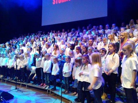 Halsnøy Gospel Kids deltok på konserten med åtte unge koristar. Dei står langt framme midt i bildet, mot høgre side. (Foto: Privat).