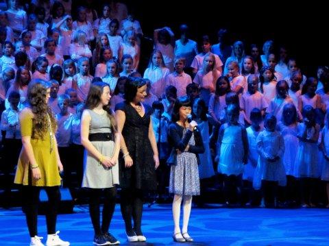 Ine Fu Di Farestveit (t.h.) saman med dei andre programleiarane på scena i Grieghallen. (Foto: Privat).