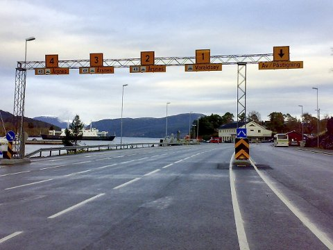 STILLE FØR STORMEN: Her var det tomt, men 2. påskedag vil folk i ferjekø på Gjermundshamn kunna slå av ein ferjeprat med senterungdomen.arkivfoto