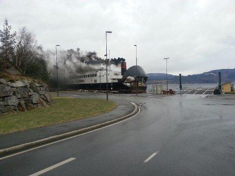 Det såg ikkje heilt bra ut då MF Vikingen prøvde å leggja til kai på Årsnes kl 11.20 søndag. (Privat foto)