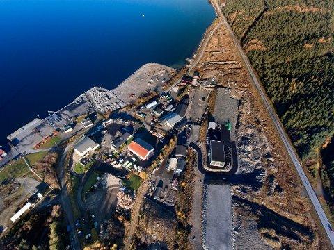 Snart kjem det nytt kryss ved innkøyringa til industriområdet på Stripo. Ny innkøyring vert same stad som før, som vi ser nedst i bildet her. (Dronefoto: Vidar Håland).