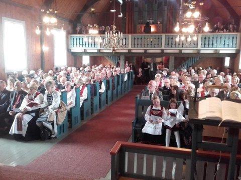 Uskedelingane fylte opp Uskedal kyrkje 17. mai, då soknepresten Lina Håland var tilbake etter sjukemelding. (Foto: Uskedalen.no)