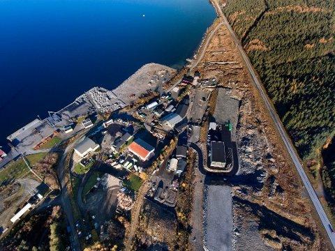 Snart kjem det nytt kryss ved innkøyringa til industriområdet på Stripo, og Dimmelsvik Entreprenør skal ta jobben. Ny innkøyring vert same stad som før, som vi ser nedst i bildet her. (Dronefoto: Vidar Håland).
