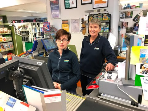 Sissel Åsheim (t.h.) håpar lokalbefolkinga held fram med å bruka butikken i 2017. Her med kollega Justina Gromowska.