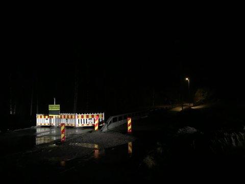 Vegen er stengd frå Kvinnherad vidaregåande skule og til rundkøyringa ved Halsnøytunnelen etter hendinga natt til onsdag. Foto: Håvard Røyrvik.