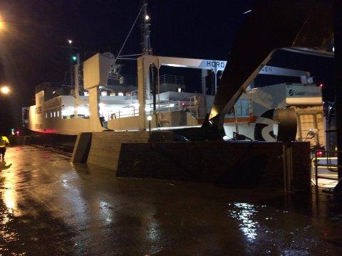 MF «Hordaland», som trafikkerer sambandet Årsnes–Varaldsøy–Gjermundshamn, tok inn vatn i morgontimane. Her ligg ferja til kai på Varaldsøy. (Foto: Ida Marie Skjelnes).