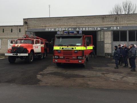 Det var stor glede over gåva frå Norge, som fekk nasjonal mediedekning i Ukraina. Her ser vi ein av brannbilane dei har i byen Narodichi, saman med ein av dei fem som vart donerte frå Norge.
