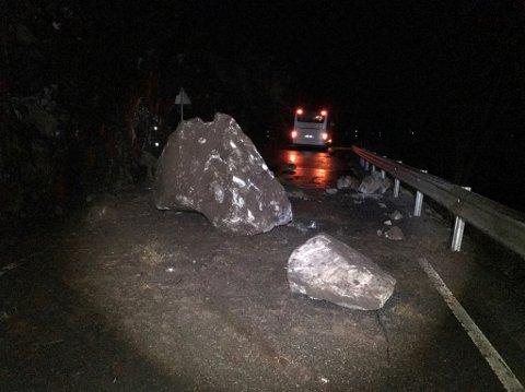 Store steinar sperrar vegen ved Kroka, og må truleg sprengjast vekk før bilar kan passera. (Foto: Olav Nerhus Hatteberg)