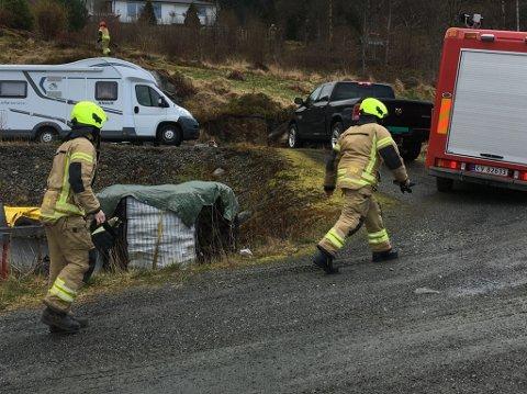 Brannvesenet rykte ut til brann i Uskedalen fredag. (Mobilfoto: Elisabeth Berg Hass).