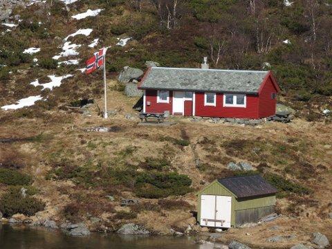 Den flotte hytta til Uskedal Ungdomslag som ligg ved Mannssvatn er 100 år i år, og jubileet skal feirast laurdag 20. mai. Dei siste åra er «Fjelly» blitt pussa opp av flinke dugnadssjeler. (Foto: Hans Ordin Østebø).