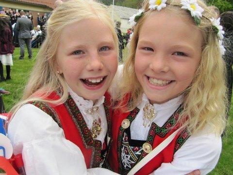 Dette bildet av to blide jenter, Eileen Borgen og Amalie Vågen. blei sendt til oss i fjor. (Foto: Anita Borgen Vågen).