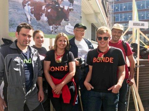 Frå venstre: Kjetil Mehl, Marit Mehl, Rannveig Hjelmeland, Samson Feedt, Ørjan Hjelmeland Øvstebø og Olav Gunnar Hjelmeland. (Foto: Kari Heggenes Kvammen.)