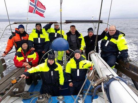 """Denne gjengen er no komne fram til Shetland etter å ha segla over Nordsjøen med seglskuta """"Elding"""". (Foto: Daniel Røyrvik)."""