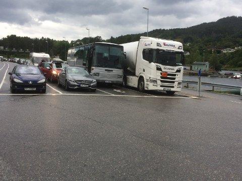 Ein trailer med farleg last gjorde at berre 15 andre bilar kom med 17.10-ferja frå Gjermundshamn. (Foto: Vidar Alfarnes).