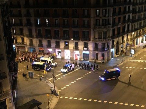 Dette bildet er teke rundt midnatt natt til fredag, i gata Ronda de la Universitat. Her ser du folk som truleg har vore innesperra i butikkar og liknande etter terroren. Dei blir sjekka og evakuert av politistyrkar. (Foto: Håvard Røyrvik).