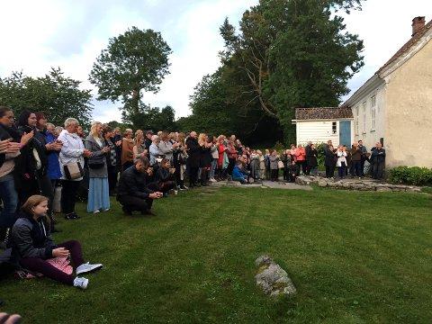 Over 200 var på premieren til Brit Johanne Eide Landa laurdag kveld. Her før filmvisninga.