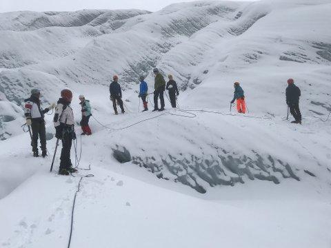 Gjengen som var på tur over Botnabreen 19. oktober fekk ei stor oppleving. (Foto: Privat).