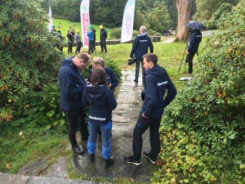 DOMMARAR: Her er dommarane i Kvinnheringen i full diskusjon om kven som har vunne ein konkurranse undervegs i innspelinga på Fjelberg.