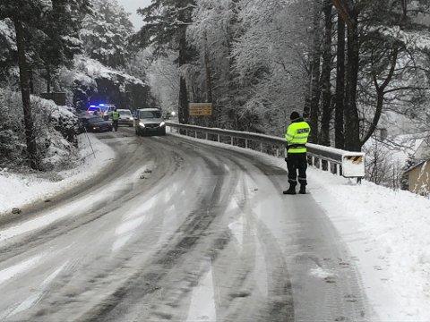 Det er svært glatt på vegane måndag morgon. Ovanfor Porsvik måtte politiet dirigera trafikken etter at ein bil hamna i grøfta. (Foto: Jonn Karl Sætre).