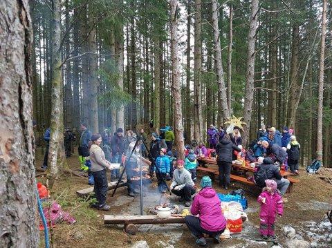 INKLUDERANDE TUR: FAU ved Sunde barnehage arrangerte onsdag ein tur til Trollskogen for barnehagebarna med familiar, med gratis grillmat, kos og leik. (Foto: Privat).