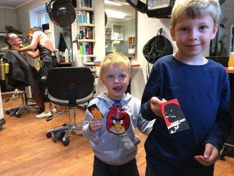 Magnus (2) og Henrik (5) Hjelmeland Steinsvik fekk plaster på såret fordi dei måtte venta hos frisøren, små kunstverk signert av Pushwagner. (Mobilfoto: Stefan Stray).