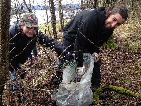 MYKJE PLAST: Nikolai Waack og Skage Andreas Caspersen Nerland var to av elevane ved Sunnhordland folkehøgskule som var med og rydda plast i Leirdalen på Halsnøy.