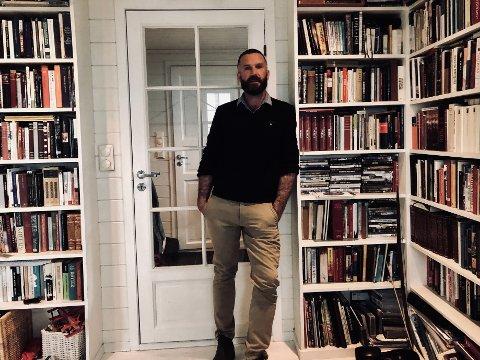 Husnes-forfattaren Geir Olav Jørgensen er tildelt Den Norske Forfatterforening sitt «arbeidsstipend» på 522.000 kroner. No har han to nye prosjekt på gang. (Foto: Privat).