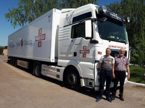 Sjåførane Tormod Myklebust og Leif Jarle Bergstø har her levert hjelpesendinga i Ukraina.