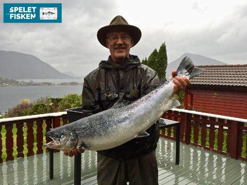 Svein Ingvald Opdal med ein oppdrettsfisk på rundt fem kilo, som blei fiska i Rosendalselva. (Foto: Privat).