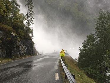 FLOM: Slik ser det ut ved Furebergfossen i morgontimane onsdag. Foto: Annette Furuberg.