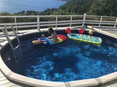 BADELEIKAR: Det er svært populært å ha med seg madrasser og andre badeleikar i bassenget. Her ser vi Thea og Sara i aksjon med badeleikane.