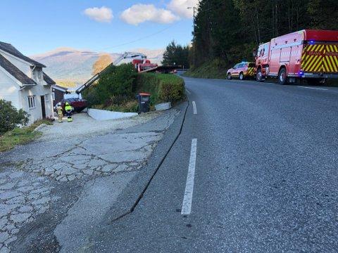 BILULUKKE: Her arbeider redningstenestene med å få ulukkesbilen på rett kjøl ved hjelp av bilbergingsbil. (Mobilfoto: Jonn Karl Sætre).
