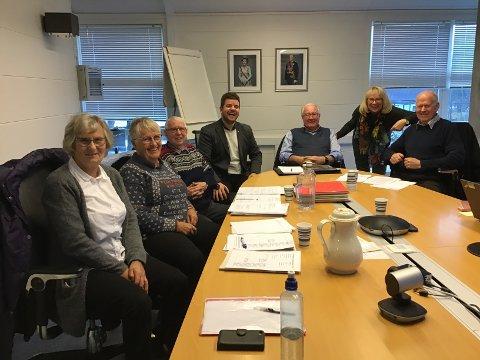 Det eksisterande Eldrerådet, med Sverre Vevelstad (nr. tre frå venstre) som leiar, skal snart bli byta ut med eit nytt. No ber kommunen om hjelp til å finna kandidatar til dette rådet og til Rådet for menneske med nedsett funksjonsevne.