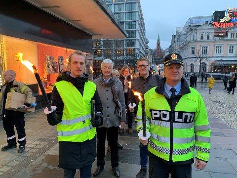 Fakkeltog og minnemarkering for omkomne i trafikken 21. februar 2019 (Askeland og Nestås til venste i biletet)