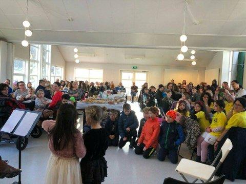 UNDERHELDT: Isa Maria Guddal Husby og Andrea Guddal var mellom dei som gledde dei nesten 200 frammøtte på Laurdagskaféen. Jentene framførte songen «Vestland» (Foto: Anita Falk).
