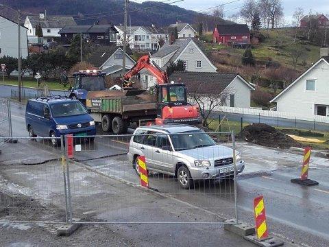 Vedlikehaldet på Fylkesveg 48 ved nedkøyrsla til Beinavikjo vart avslutta med asfaltering førre veke. (Foto: Kristian Bringedal/Uskedalen.no).