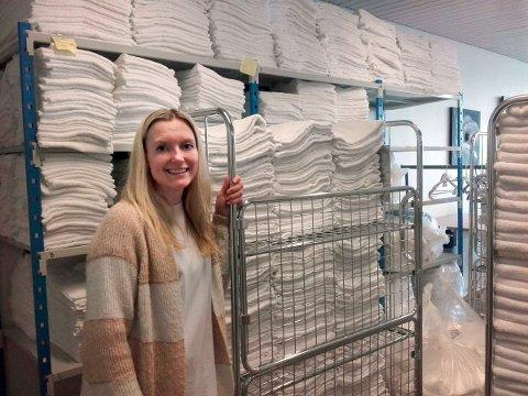 Arbeidsleiar Eli Ersland viser fram sengklede og handklede som kvar tysdag blir levert til brakkeriggen på Husnes. (Foto: Kristian Bringedal).