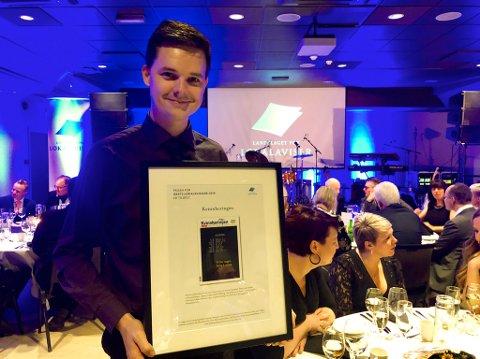 Ein stolt grafikar, Vidar Håland, med diplomet som vart delt ut under Landslaget for lokalaviser sin festmiddag i Drammen laurdag kveld.