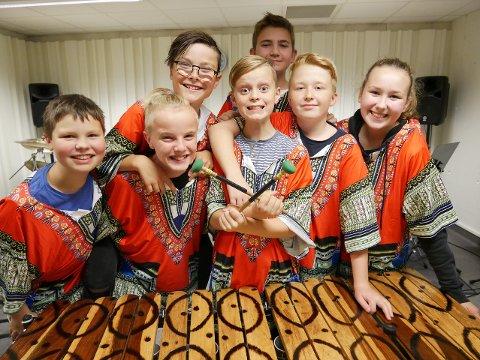 Her ser du medlemmane i Michero Marimba, den nest eldste marimba-gruppa i kulturskulen. Dei gler seg til å halda konsert saman med dei andre onsdag 13. mars. (Foto: Privat).