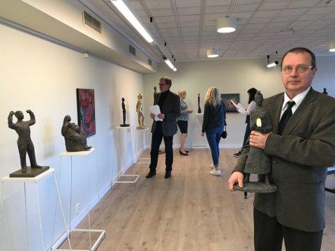 I ØLVE: Bildekunstnaren Hannu Konttinen (t.h.) opna fredag kunstutstilling i Ølve (foto: Eva Røyrane).