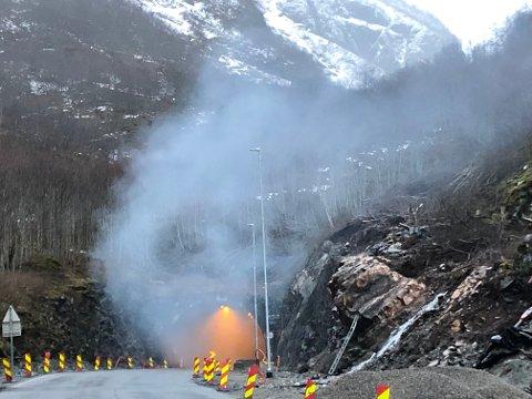 BRANN: Ein dramatisk brann oppstod i Gudvangatunnelen natt til laurdag 30. mars då eit vogntog tok fyr. (Foto: Arvid Gilje).