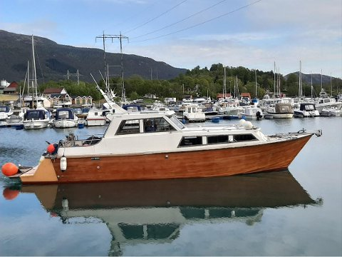 Det er denne trebåten på 36 fot frå Åkra som har frakta 83-åringen frå Husnes båthamn til russargrensa. Foto: Daniel Røyrvik.