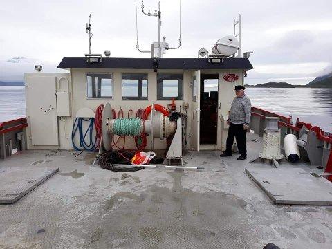 Åttiårige Jan Gunnar Sjo var førre helg med å frakta denne servicebåten frå Tromsø til Sæbøvik (Foto: Privat).
