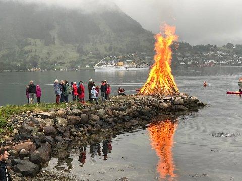 Bålbrenning frå fjorårets Jonsokfeiring i Gurinefjæro i Rosendal. (Arkivfoto).