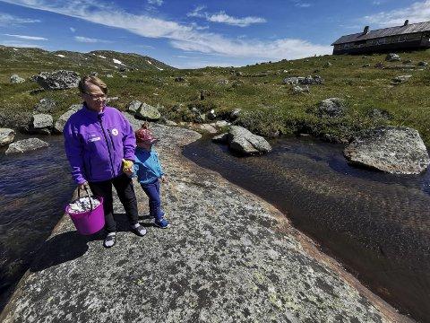 HYTTEVAKT: Britt-Elin Haga er denne sommaren hyttevakt på trettande året på DNT-hytta Kjeldebu. Her saman med barnebarnet Jakob (3,5 år) som er på besøk.