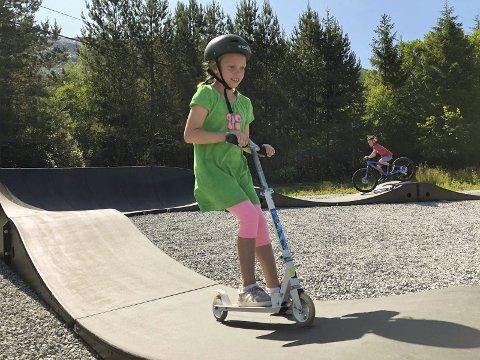 Fleire har allereie nytta seg av det nye tilbodet i bygda. Her ser vi Lotta Mathisen på sparkesykkel og Henrik Hillestad på sykkel i bakgrunnen medan dei «pumpar» seg gjennom bana.  (Foto: Privat).